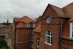 Das Dachgeschoss des Hauptgebäudes von Norden mit der Ägidienkirche im Hintergrund