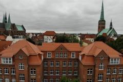 Das Hauptgebäude mit der Katharienkirche (links) und der Jakobi-Kirche (rechts) im Hintergrund.