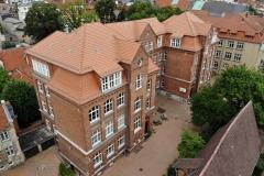 Das Hauptgebäude und im Hintergrund die Seitenfassade der Berend-Schröder-Schule. Dort nutzen wir sechs Klassenräume. Ganz rechts im Hintergrund das Burgtor.