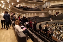 Dann endlich die Plätze suchen und den ersten Eindruck vom großen Saal gewinnen...