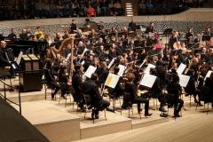 Zwei besonders junge Personen im Orchester auf der Bühne...